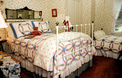 Chestnut Hill Inn - The Hearts and Flowers Room
